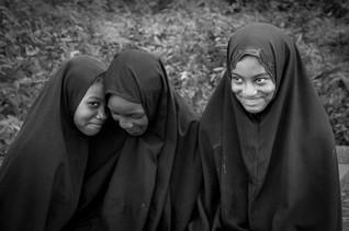 Trois jeunes filles sur un banc