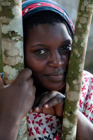 Femme dans un village