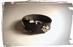 bracciale unisex  in cuoio nero con borchie a teschio 1