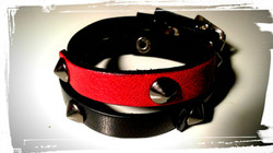 braccialetto doppio giro in pelle nera e rossa con borchie a cono