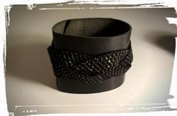 bracciale polsiera in morbida pelle nera con inserti in pelle-lurex e  borchie 1