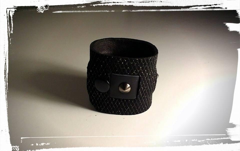 bracciale polsiera in morbida pelle nera con inserti in pelle-lurex e  borchie 4