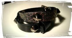 braccialetto doppio giro in pelle nera e pitone borchie a cono