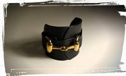 bracciale in morbida pelle nera con inserto oro 2