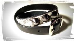 braccialetto doppio giro in pelle nera e pitone con 3 borchie a cono