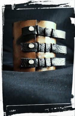 bracciale-polsiera in pelle e chiusura tramite laccetti in cuoio