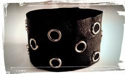 bracciale polsiera in morbida pelle nera e borchie in tinta chiusura con bottoni