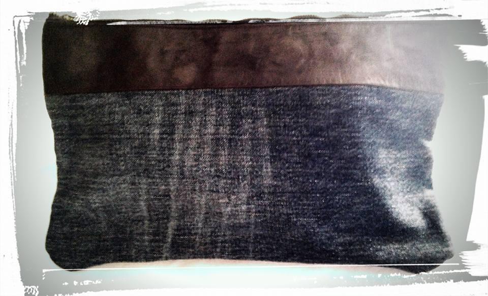 pochette in jeans e pelle dipinta a mano