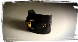 bracciale in morbida pelle nera con inserto oro 1