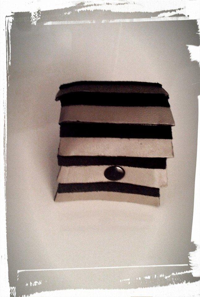 bracciale polsiera in pelle grigia con inserti in camoscio nero