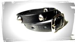 braccialetto doppio giro in pelle nera con borchie a cono
