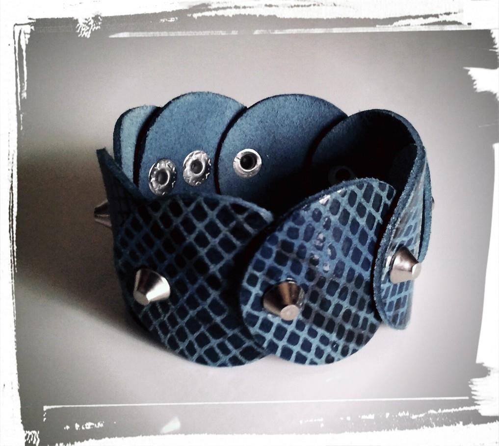 bracciale in pelle di pitone blu con borchie a cono tronco
