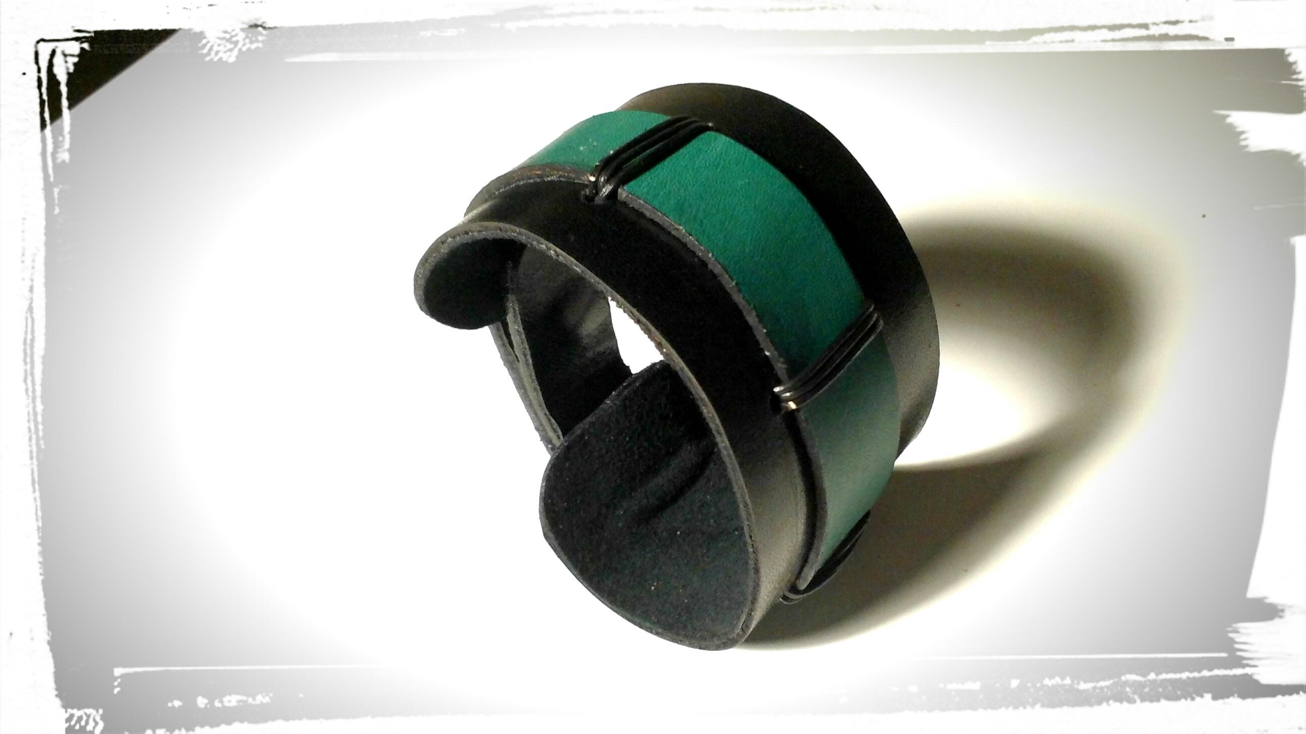 bracciale polsiera in cuoio nero con inserti in cuoio