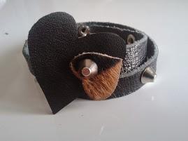bracciale doppio giro in cuoio nero con borchie a cono tronco