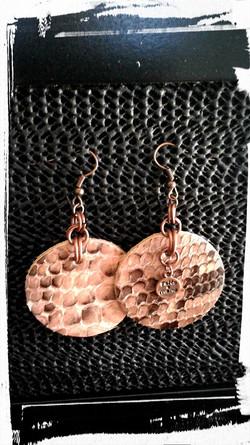 orecchini pendenti  in pelle di pitone e anellini ramati