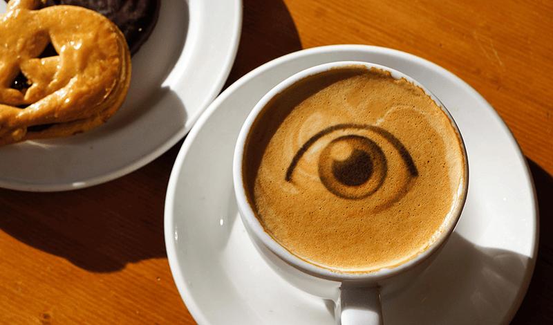 Diseño de ojo impreso en café