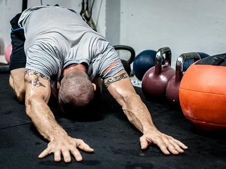 ¿Es mejor el ejercicio con peso corporal o con pesas libres?