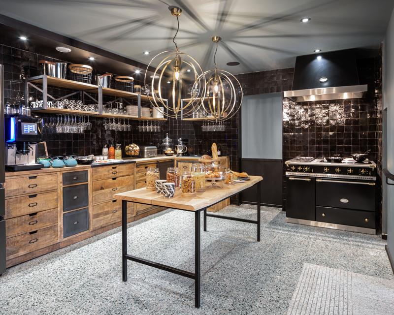 Cuisine de style campagne chic avec piano de cuisson et meubles en bois brut