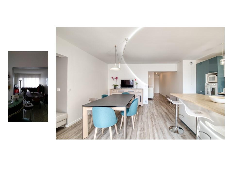 Salle à manger avec sol en bois et chaises bleues