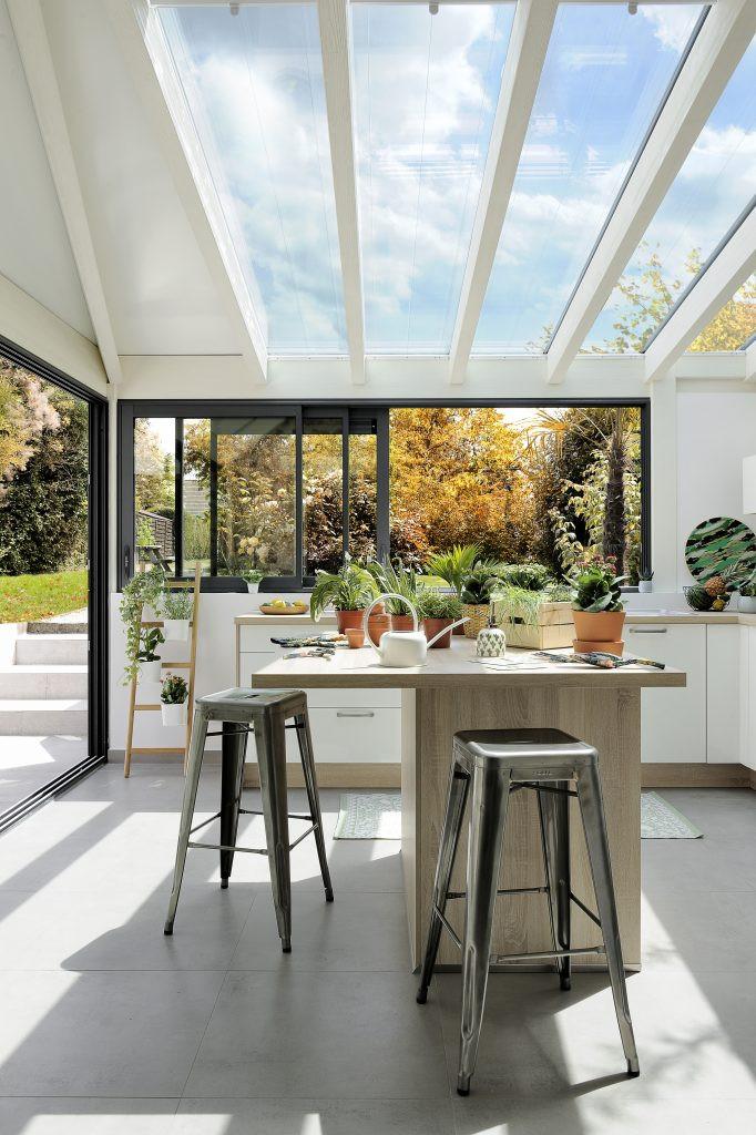 veranda agencée dans l'esprit d'un jardin d'hiver Barry & Associés, architecte interieur