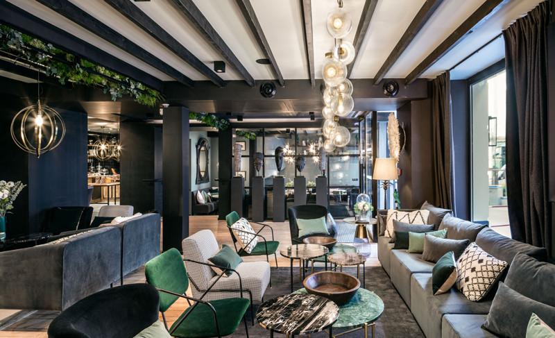 Le lobby de l'hôtel est composé comme un grand salon au tons sombres et chaleureux