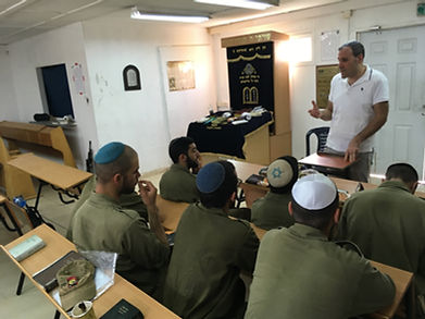 Rabbi Hammer lecturing soldiers