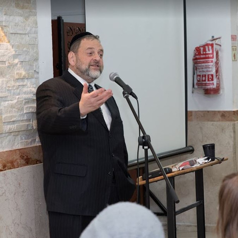 rabbi orlofsky speaking.JPG