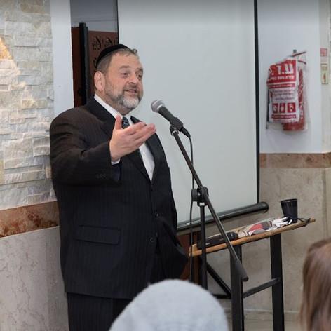 rabbi orlofsky speaking.JPG