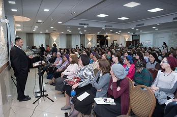 rabbi orlofsky and large audience.JPG