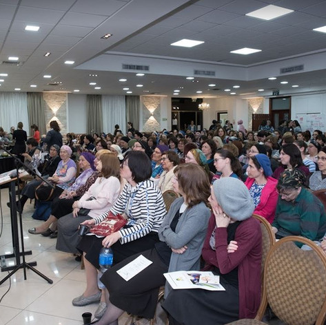 rabbi orlofsky and large audience.JPG