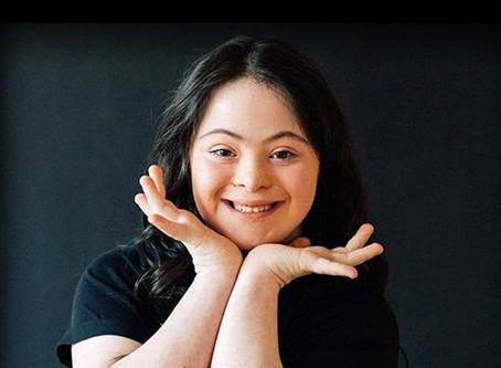 Ellie Goldstein: la modelo con síndrome de Down que redefine la belleza