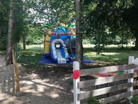 Kinderbereich Hüpfburg in Villa Bowdy Niederzier