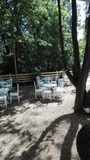 Garten der Villa Bowdy mit Kaffeegedeck