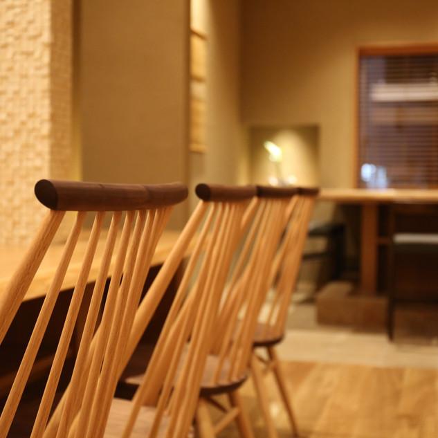 カウンター椅子ごし.JPG