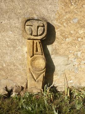 Sculpture en béton taillé.
