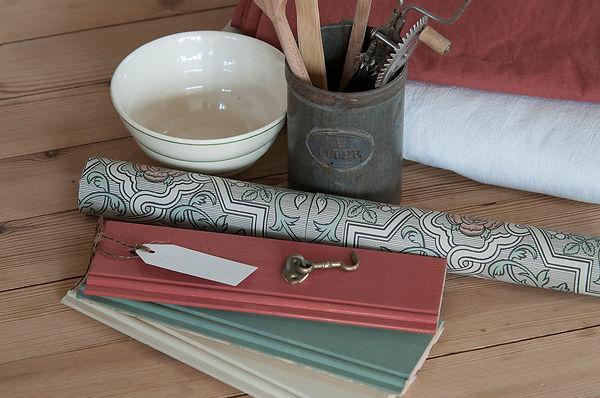 Färgprover av linoljefärg, Rosenvinge (BoråsTapeter), antik skål, såpskurat trägolv