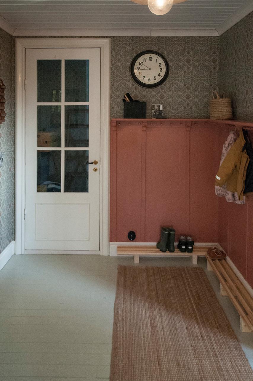 Äldre spröjsad dörr till källaren