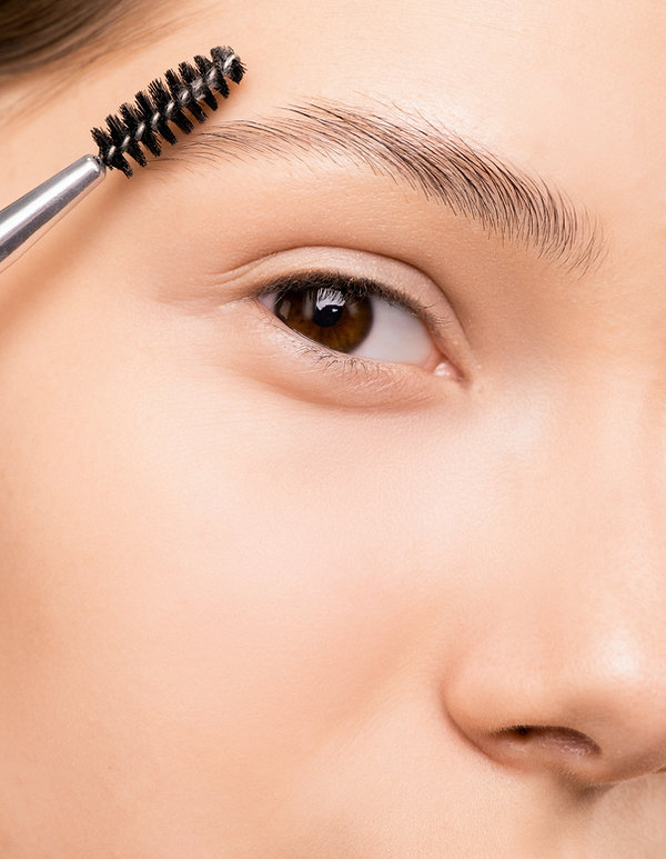 woman-applying-mascara-3762665.jpg