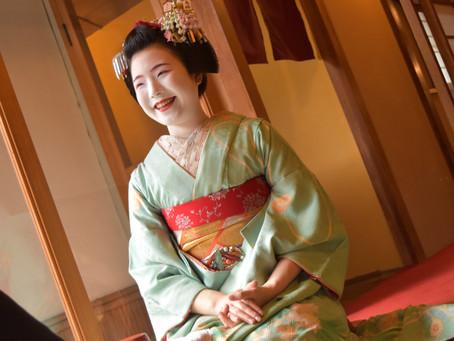 요정이 즐비하는 야사카거리에 위치한 燕楽(엔라쿠) 가게에서 즐기는 마이코와 다과 코스 !(영어 통역 있음)
