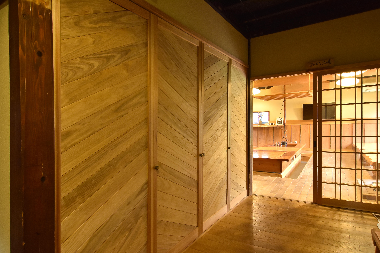 会津桐の壁面と桐の廊下