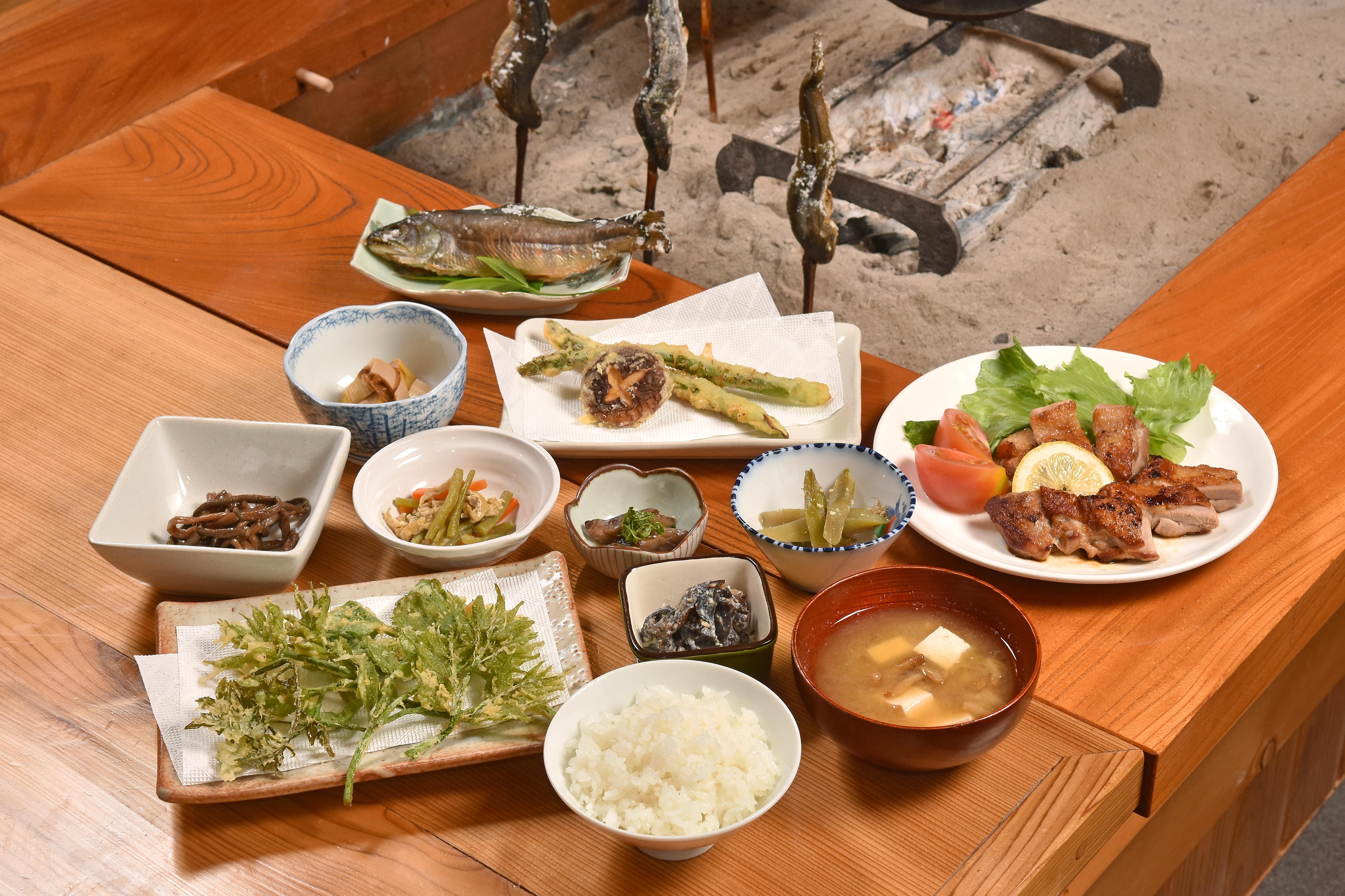 夕食膳に並ぶ手づくり料理の数々