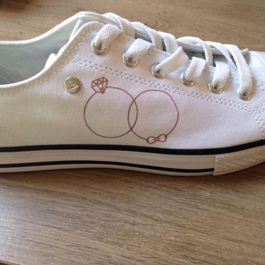 Afbeelding trouwkaart op schoenen