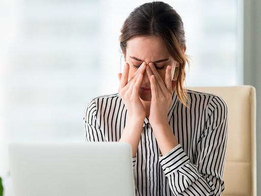 ¿Podría dañar tus ojos la exposición a la luz de la computadora?