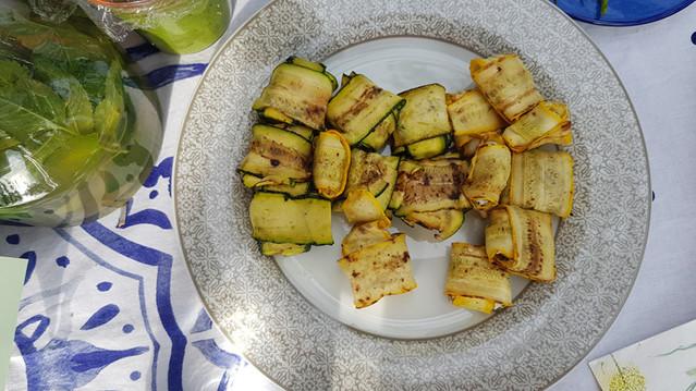 Zucchini Päckchen mit Wildkräuter-Frischkäsefüllung
