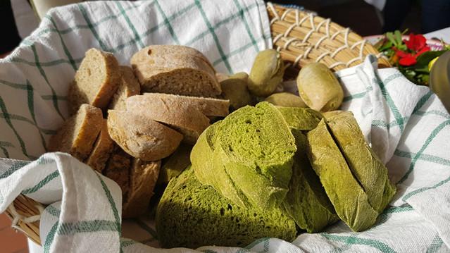 Grünes Brennnessel Baguette und Baguette mit Brennnesselsamen