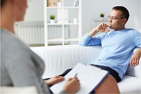 474428-hombre-en-terapia-psicologica.jpg