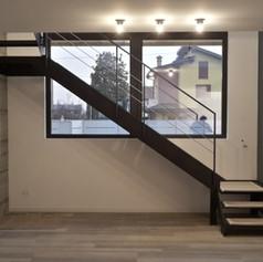 doppia struttura laterale, gradini in faggio, barriera su richiesta del cliente in ferro e acciaio inox