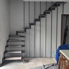 singolo fascione laterale , gradini in ferro, con distanziali, barriera in ferro verticale
