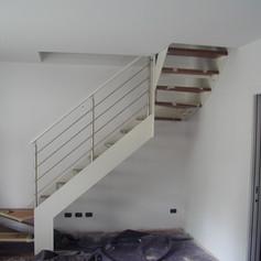doppia struttura laterale in ferro, gradini in massello di faggio e barriera in acciaio inox con corrimano in legno