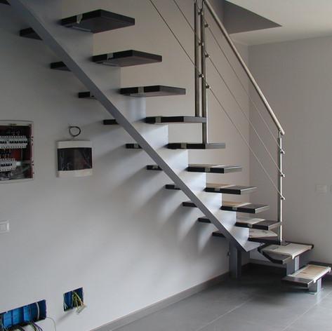 struttura centrale a triangolo chiuso, con gradini in massello di faggio e barriera in acciaio inox